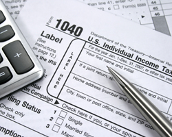 A pen and a calculator on IRS Form 1040.